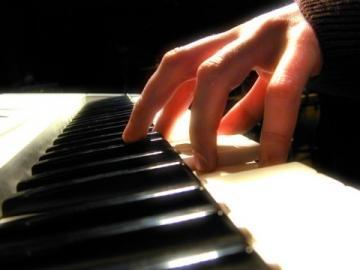 Serão oferecidas aulas de piano, teclado, saxofone, violão, flauta doce, flauta transversa e canto.