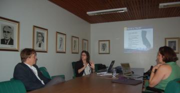 Jenna Sices apresentou os programas de intercâmbio internacional da Universidade da Califórnia.